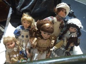 Die Puppen aus dem Kinderzimmer - können nicht ersetzen, dass der kleine Rudolph seine Mama vermisst
