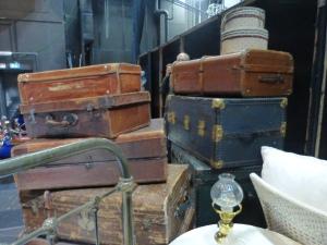 Hinter den Kulissen lagert alles, was im Verlauf des Stücks benötigt wird, etwa Sissis Reisegepäck